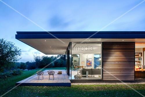 architektenhaus der klassischen modernen in d mmerungsstimmung auskragendes dach ber terrasse. Black Bedroom Furniture Sets. Home Design Ideas