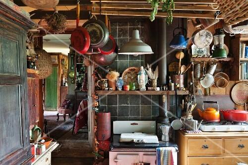 vintage k che mit aufgeh ngtem kochgeschirr und vollgestellten regalen bild kaufen living4media. Black Bedroom Furniture Sets. Home Design Ideas