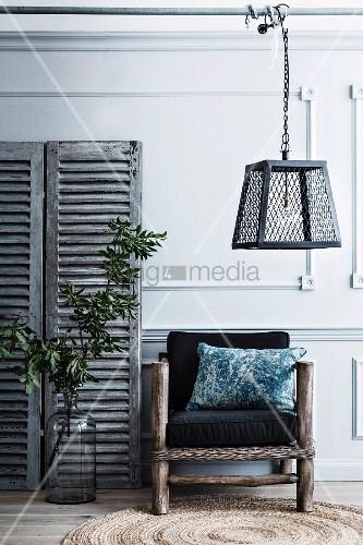 sessel aus rustikalem holzgestell und schwarze polster oberhalb auf stange geh ngte. Black Bedroom Furniture Sets. Home Design Ideas