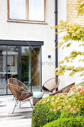 retro rattanst hle vor terrassent r aus glas bild kaufen living4media. Black Bedroom Furniture Sets. Home Design Ideas