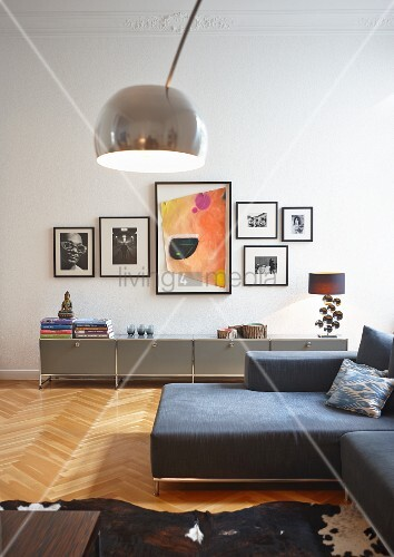 bogenlampe und graue sofa kombination im hintergrund graues modul sideboard usm haller an wand. Black Bedroom Furniture Sets. Home Design Ideas
