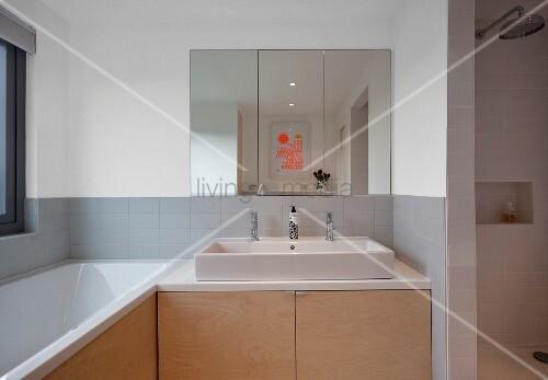 zeitgen ssisches bad spiegelschrank ber waschtisch mit unterschrank aus holz und eingebaute. Black Bedroom Furniture Sets. Home Design Ideas