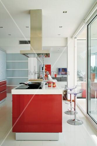 Front und designer barhocker mit acrylglas sitz vor schiebefenstertür
