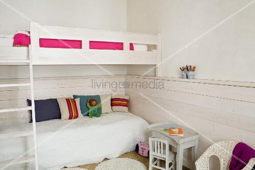 etagenbett mit leiter seitlich kinderstuhl und tisch vor umlaufender halbhoher holzverschalung. Black Bedroom Furniture Sets. Home Design Ideas