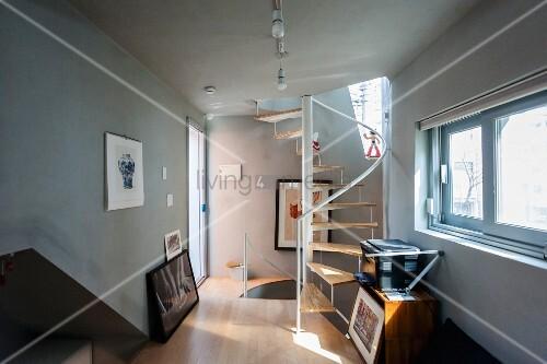 schmales wohnzimmer mit wendeltreppe bild kaufen living4media. Black Bedroom Furniture Sets. Home Design Ideas