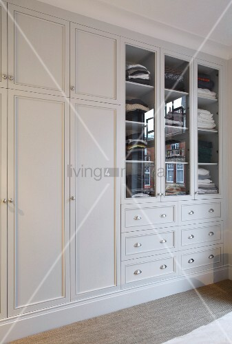 eingebauter kleiderschrank weiss lackiert im eleganten landhausstil bild kaufen living4media. Black Bedroom Furniture Sets. Home Design Ideas