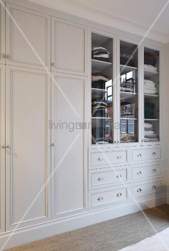 eingebauter kleiderschrank weiss lackiert im eleganten. Black Bedroom Furniture Sets. Home Design Ideas