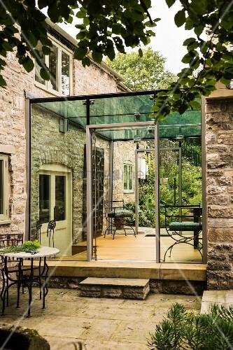 modern angebauter wintergarten an ein englisches landhaus. Black Bedroom Furniture Sets. Home Design Ideas