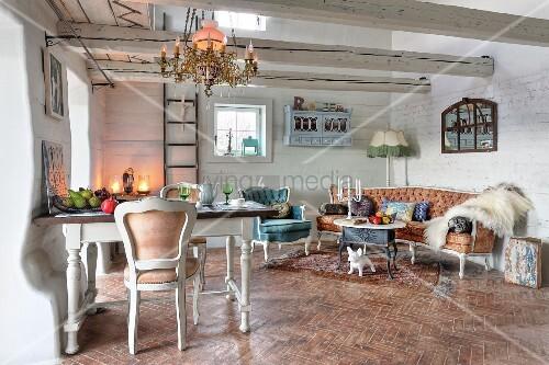 eklektizismus im rustikalen landhaus wei e st hle an esstisch im hintergrund lounge mit rokoko. Black Bedroom Furniture Sets. Home Design Ideas