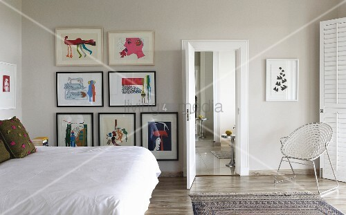 Doppelbett mit weisser tagesdecke seitlich an wand bildersammlung in modernem schlafzimmer - Tagesdecke schlafzimmer ...