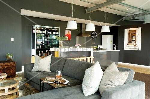 graue sofalandschaft und k cheninsel in offenem wohnraum mit grau get nten w nden bild kaufen. Black Bedroom Furniture Sets. Home Design Ideas