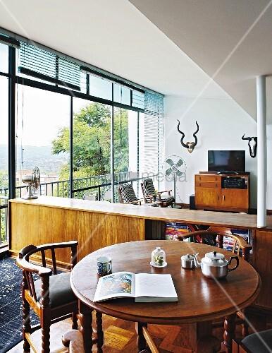 antiker runder holztisch und armlehnstuhl vor. Black Bedroom Furniture Sets. Home Design Ideas