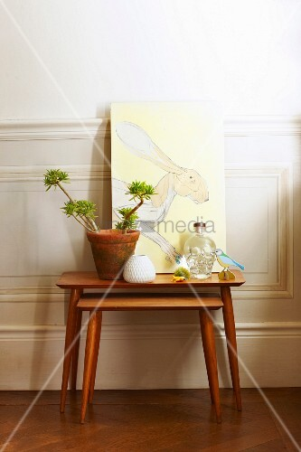 zweiteiliges beistelltisch set aus holz arrangement mit blumentopf und bild mit hasenmotiv vor. Black Bedroom Furniture Sets. Home Design Ideas
