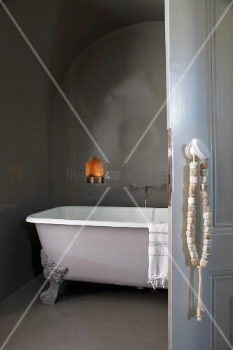 an t rgriff geh ngte kette mit steinperlen im hintergrund freistehende badewanne mit. Black Bedroom Furniture Sets. Home Design Ideas