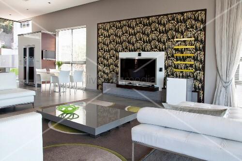 Dekorative, gerahmte Tapete hinter Fernseher im Wohnraum ...