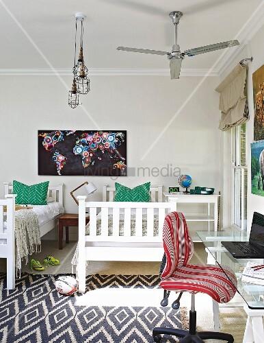 kinderzimmer mit zwei betten im vordergrund schreibtisch bild kaufen living4media. Black Bedroom Furniture Sets. Home Design Ideas