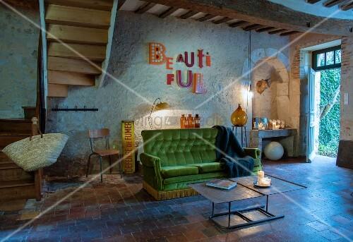 Sofa In Flieder Mit Gruenem Bild : Offener wohnraum in rustikalem landhaus vintage sofa mit