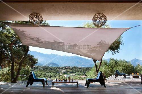 mit holzplanken ausgelegte terrasse mit sonnensegel. Black Bedroom Furniture Sets. Home Design Ideas