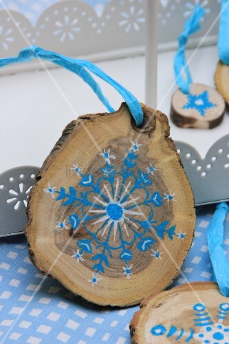 kleine baumscheiben als weihnachtsdekoration bemalt mit blau wei em sternenmotiv bild kaufen. Black Bedroom Furniture Sets. Home Design Ideas