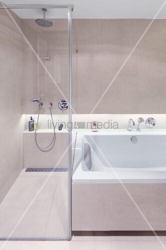 begehbare dusche mit glastrennwand neben wanne in der rckwand durchlaufende ablagenische mit indirekter beleuchtung - Dusche Ruckwand Material