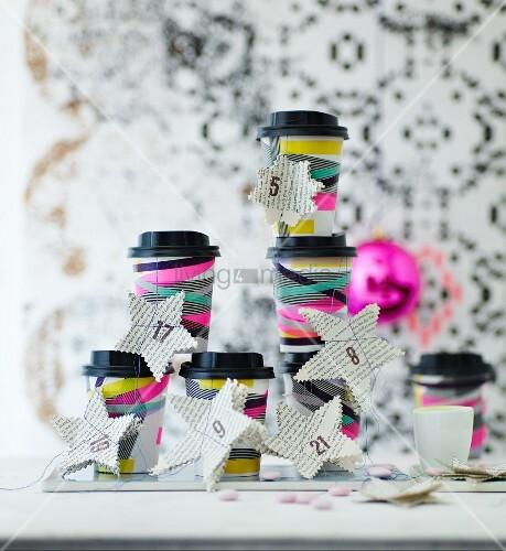 selbstgebastelter adventskalender aus kaffeebechern dekoriert mit masking tape und papiersternen. Black Bedroom Furniture Sets. Home Design Ideas