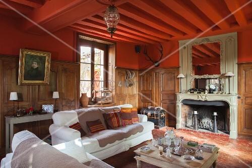 wohnzimmer  kamin weiß hochglanz platten ziegelwand weiße möbel