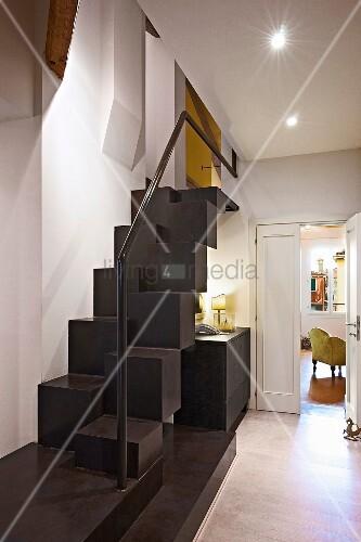 sambatreppe mit handlauf im flur bild kaufen living4media. Black Bedroom Furniture Sets. Home Design Ideas