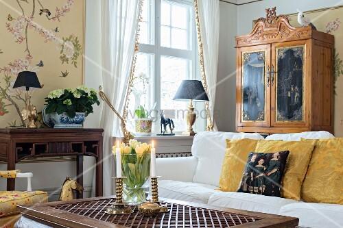 couchtisch mit weisser polstercouch im hintergrund. Black Bedroom Furniture Sets. Home Design Ideas