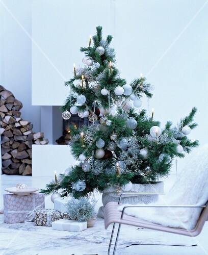 christbaum dekoriert mit weissen baumkugeln bild kaufen. Black Bedroom Furniture Sets. Home Design Ideas