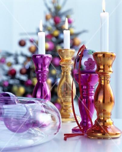 pinkfarbene und goldene kerzenleuchter aus silberglas als. Black Bedroom Furniture Sets. Home Design Ideas