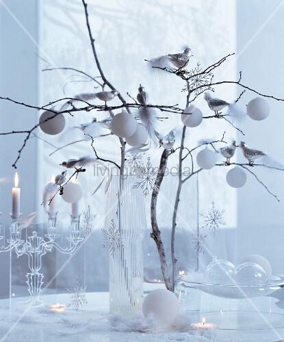 weisse weihnachten zweige in glasvase dekoriert mit. Black Bedroom Furniture Sets. Home Design Ideas