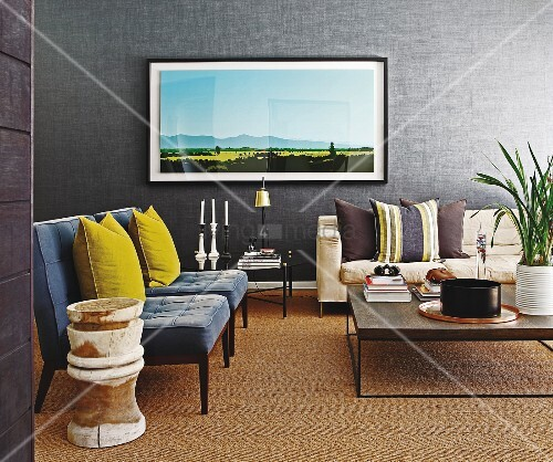 Graue polstersessel mit gelben kissen in traditionellem for Wohnzimmer junggeselle