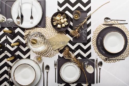 festlich gedeckter tisch in den farben schwarzweiss und gold draufsicht bild kaufen. Black Bedroom Furniture Sets. Home Design Ideas