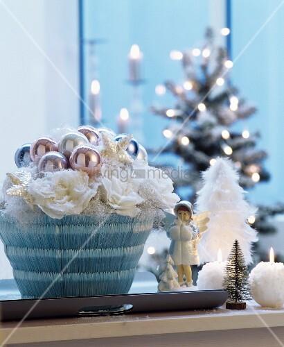 weihnachtlicher tischschmuck mit pastellfarbenen kugeln. Black Bedroom Furniture Sets. Home Design Ideas