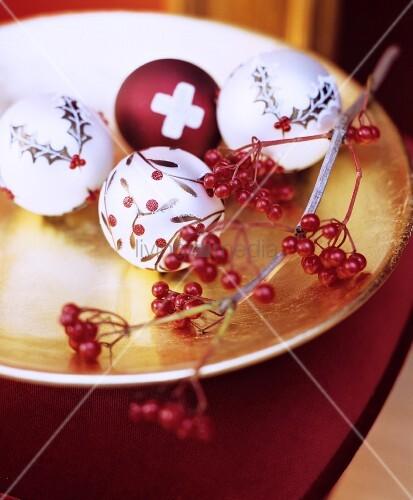 Goldene schale als weihnachtsdeko mit beerenzweig for Exklusive weihnachtsdeko