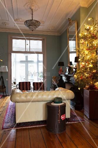 beleuchteter weihnachtsbaum im wohnzimmer mit stuckdecke. Black Bedroom Furniture Sets. Home Design Ideas