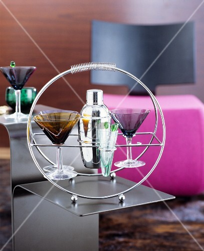 cocktailgl ser und cocktailshaker in cocktailhalter aus. Black Bedroom Furniture Sets. Home Design Ideas