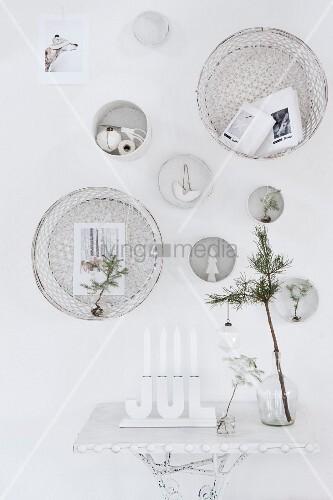 wei e weihnachtliche wanddekoration mit kerzenleuchter und. Black Bedroom Furniture Sets. Home Design Ideas