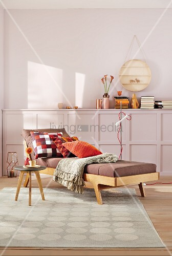 gem tliche tagesliege im fiftiesstil mit kissen und tagesdecke beistelltisch auf gemustertem. Black Bedroom Furniture Sets. Home Design Ideas