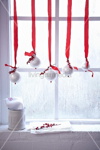 weihnachtliche fensterdeko mit rot weiss dekorierten christbaumkugeln bild kaufen living4media. Black Bedroom Furniture Sets. Home Design Ideas
