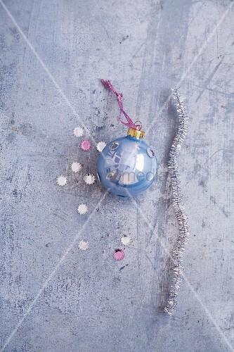 Pfeifenputzerdraht, hellblaue Weihnachtskugel & Glitzerkonfetti