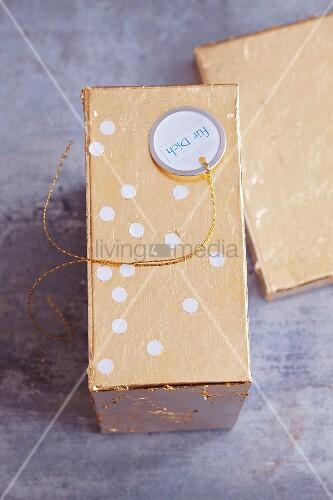 Goldenes Schatzkästchen mit Anhänger beschriftet mit Für Dich