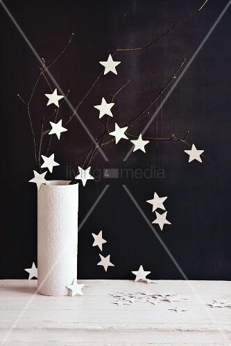 Sternenzauber: Äste mit Glittersternen in einer Vase