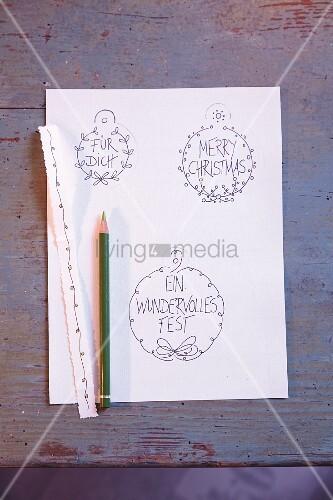 Geschenkanhänger auf Papier vorgezeichnet