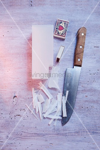 Wachspellets, Streichhölzer & Messer als Bastelmaterial