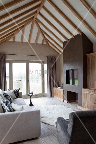 Wohnzimmer Unter Dem Dach Mit Sichtbalken Und Einbaukamin Bild