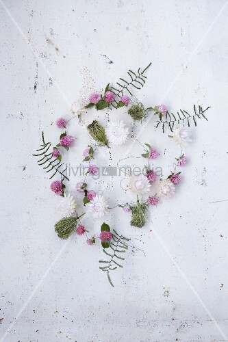 Blütengirlande aus Strohblumen, Kugelamarant, Korallenfarn und wilder Möhre