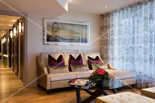 Elegante sitzecke mit sofa und rundem coffeetable vor for Elegante gardinen