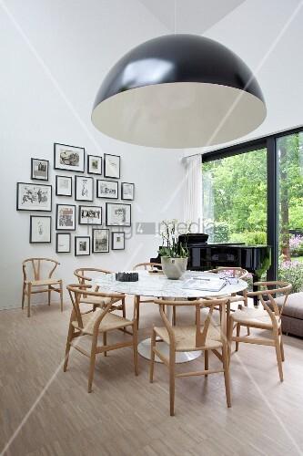 schwarz wei er lampenschirm vor klassiker essplatz mit hellen st hlen um runden wei en tisch im. Black Bedroom Furniture Sets. Home Design Ideas
