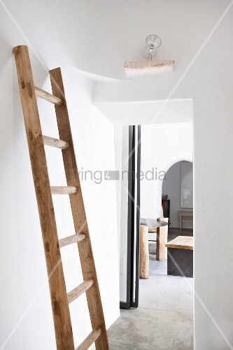 alte holzleiter als garderobe an weisser wand im schlafzimmer bild kaufen living4media. Black Bedroom Furniture Sets. Home Design Ideas